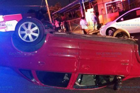 El vehículo que chocó lo catapultó hasta volcarse
