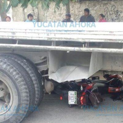 Por un descuido casi les pasa las ruedas de un camión encima