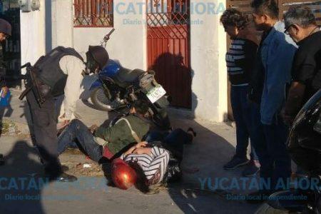 Esposos motociclistas aporrean la cabeza contra un muro