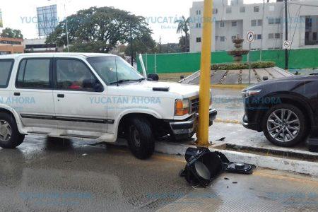 Patinó su vehículo hasta chocar un semáforo que cayó sobre una camioneta