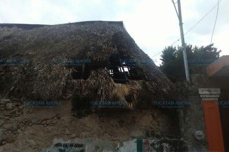 Queman el techo de su humilde casa por reventar 'bombitas'