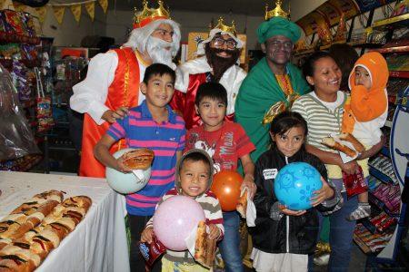 Los Reyes Magos reparten juguetes en comisarías de Progreso
