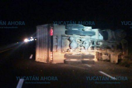 Chofer deja abandonado un volquete volteado en la carretera Mérida-Campeche