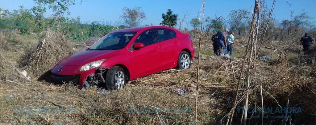 Por poco se quema el vehículo que abandonó después de accidentarse