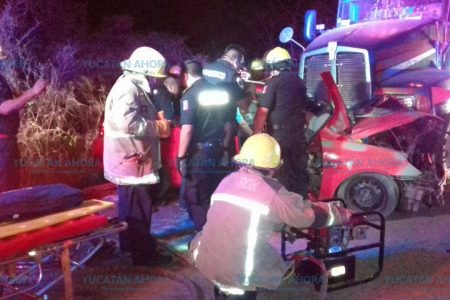 Lo rescatan entre los fierros retorcidos de un automóvil accidentado