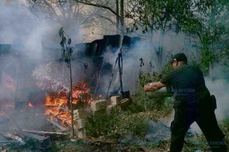 A cubetazos intentan apagar dos casas incendiadas policías y vecinos de Akil