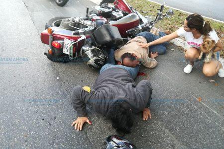 Motociclistas chocan y acaban encimados, en Residencial Pensiones