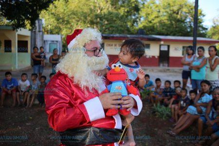 Santa Claus regala sonrisas a cientos de niños de Espita