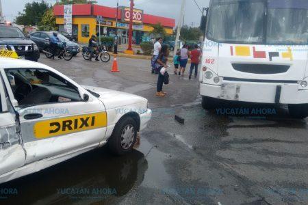 Distraído taxista les arruina su itinerario tras choque en Sambulá
