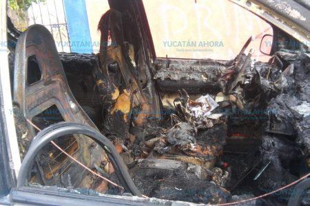 Con un nudo en la garganta vio que se quemaba su camioneta