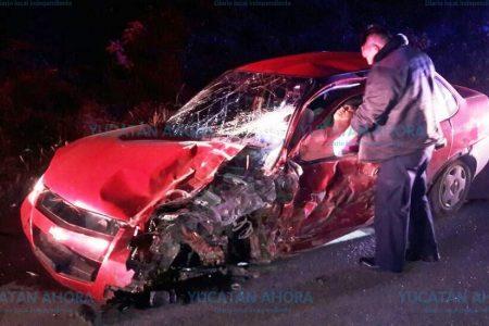 Se le rompe la pierna al quedar atrapado entre fierros de su automóvil chocado