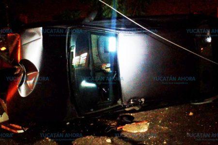 Abandona vehículo volcado en calles de Juan Pablo
