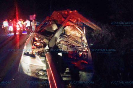 Abandona camioneta chocada y sin placas en la carretera a Cancún