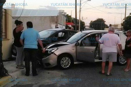 Se pasa un alto y causa daños a una casa y vehículo de unas damas