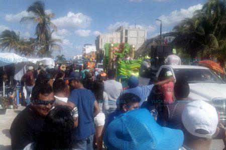 Carro alegórico atropella una botarga en el carnaval de Progreso