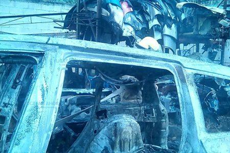 Se le queman tres de sus vehículos: incendio en deshuesadero