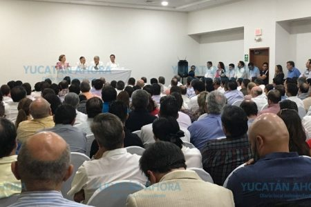 López Obrador desmitifica rumores ante empresarios yucatecos