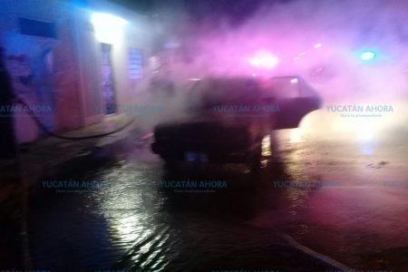 Se le quema su auto en calles de la Francisco I. Madero