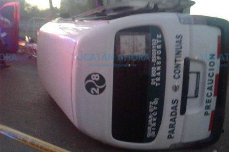 Vuelca taxi en Ciudad Industrial: 13 pasajeros lesionados