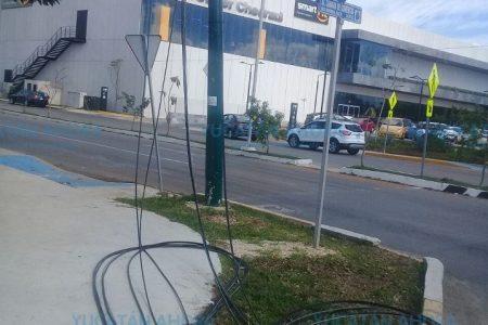 Total desastre en el norte de Mérida: camión arranca cables de Total Play