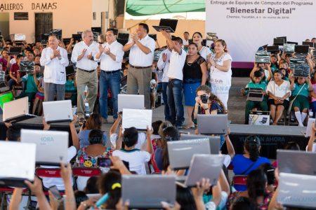 Rolando Zapata asegura que entregará laptops hasta el último día de su mandato