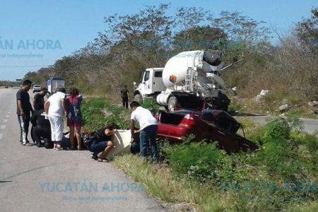 Camión revolvedora se les mete al paso y los manda al hospital