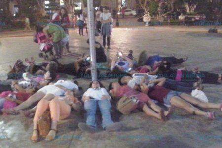"""Artistas y profesionistas efectúan """"acción poética"""" en la Plaza Grande"""