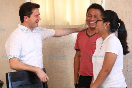 Con laptops y becas pretende Sahuí potenciar el talento de la juventud yucateca