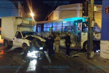 Madrugador choque de camioneta y autobús en el centro de Mérida