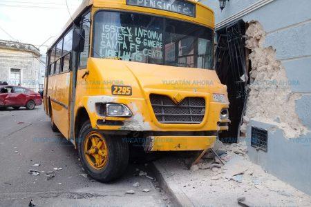 Autobús se mete a una casa en el barrio de Santa Ana