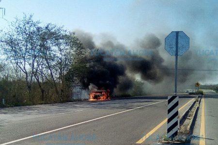 Se quema camioneta abandonada en la carretera Mérida-Valladolid
