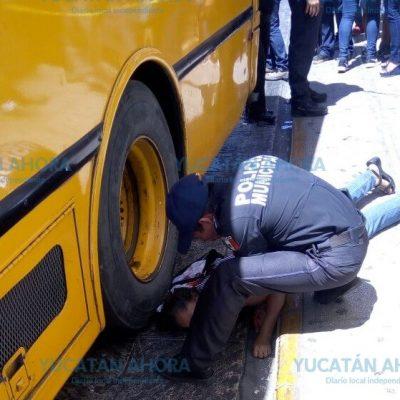 Se resbala y cae justo en las llantas de un autobús, en el centro de Mérida