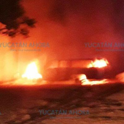 Se quema vieja ambulancia en el estacionamiento de la Cruz Roja