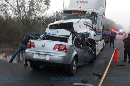 Un muerto en frontal choque entre vehículo compacto y un tráiler