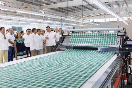 """Empresarios del vestido yucatecos reciben la marca colectiva """"Guayateca"""""""