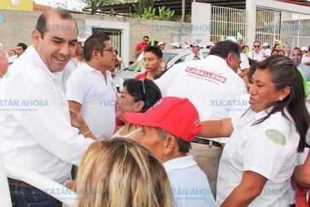 Bajo la lluvia sale Felipe Cervera a pedir el voto en la colonia Sambulá