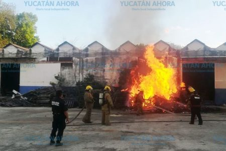 Vigilante termina en el hospital por intentar apagar fuerte incendio sola