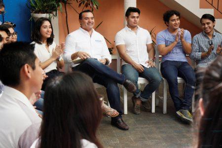 Estudiantes intercambian ideas con Renán Barrera para mejorar los programas de salud