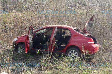 Dan una voltereta con su automóvil tras perder el control del volante