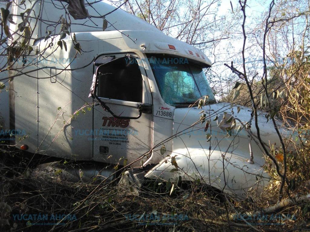 Descontrolan sus vehículos en carretera, uno por salvar su vida y otro por dormirse