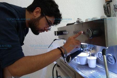 Espuma de leche y magia para dibujar sobre café