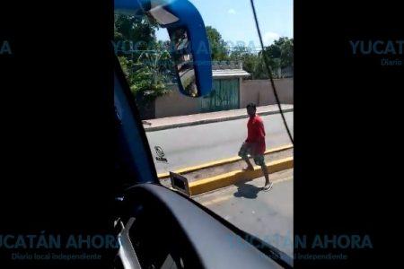 Vándalos de Chemax apedrean una patrulla y un autobús turístico