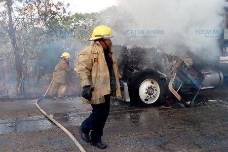 Pasó por un incendio en carretera y se le pegaron las llamas del monte