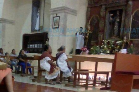 A la fuerza 'bajan' al santo patrono para evitar otra desgracia en Hocabá