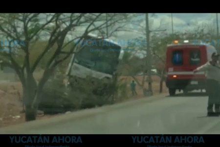 Autobús monta una pipa de aguas negras en el Periférico