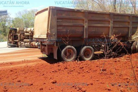 Riega toneladas de tierra roja en la carretera Mérida-Uxmal