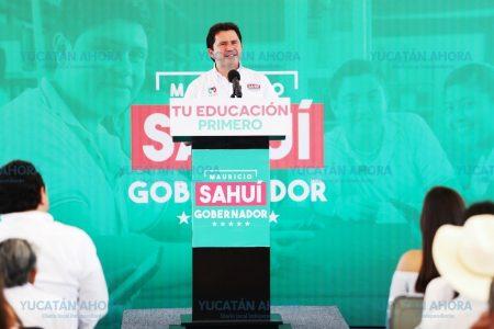 Mauricio Sahuí ofrece apoyo a estudiantes desde preescolar hasta universidad