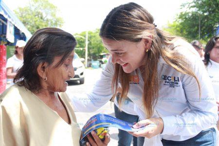 Reparte Cecilia Patrón 'Chequeras de la Salud' por la colonia Sambulá