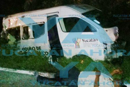 Se voltea una ambulancia por evitar pasar sobre el cadáver de una mujer
