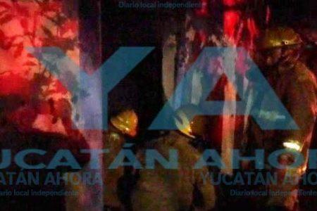 Entre las llamas rescatan a una viejita de Baca